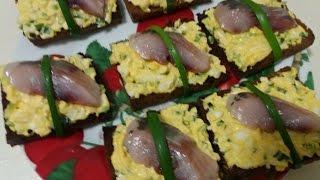 Праздничная закуска из селедки. Готовим бутерброды с сельдью