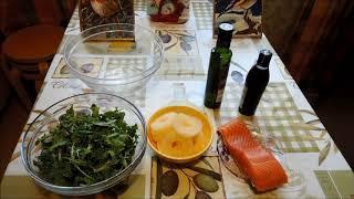 Необычный салат из рукколы, ананасов и красной рыбы
