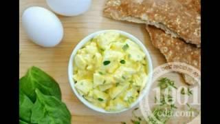 Салат с отварной рыбой, кальмарами, крабовыми палочками и сыром